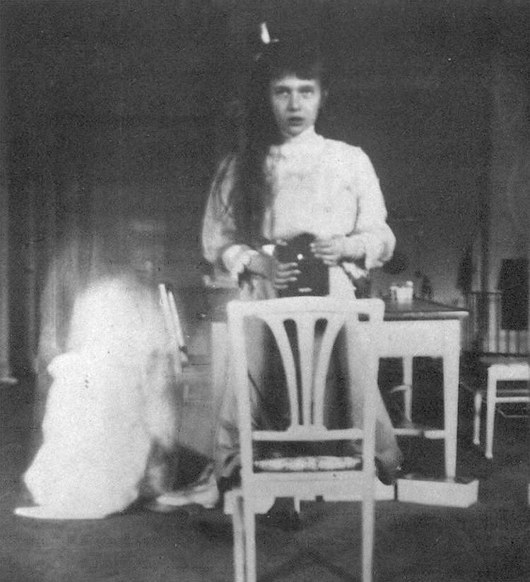 Self photographic portrait, Grand Duchess Anastasia Nikolaevna, 1914, Public Domain